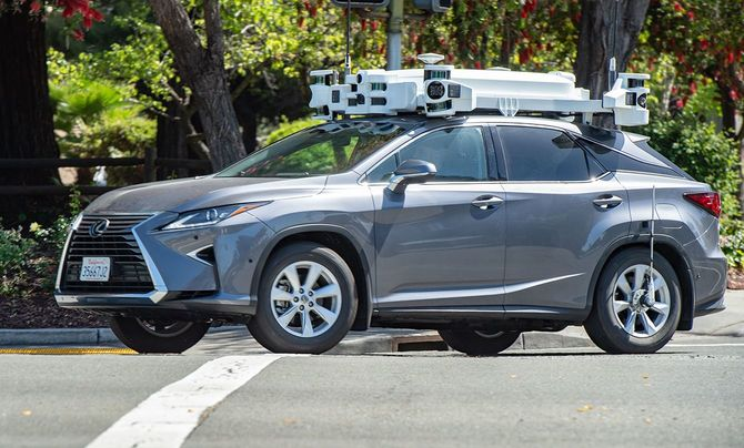 2019年5月、カリフォルニア州サンタクララで撮影されたアップルの自動運転のテストカー。トヨタのレクサス車にセンサー類を取り付け、公道試験を行っている。
