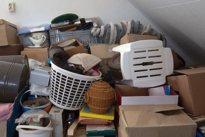 ため込み、積みあがる物で埋め尽くされた部屋