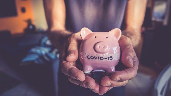 豚の貯金箱に「COVID-19」の文字