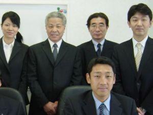 入社当時の佐藤さん(後列左端)。前列は渡辺雅司専務(現在の社長) 写真提供=船橋屋