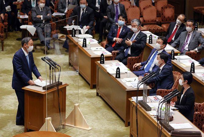 参院予算委員会で立憲民主党の蓮舫代表代行(右下)の質問に答弁する菅義偉首相(左)=2021年1月27日、国会内