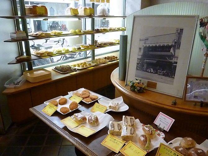 広島市の「ルーエぶらじる」の店内。現在はベーカリーカフェとしても人気だ。奥の額縁写真は、1956年に撮影された当時の外観で「モーニング」の文字が写っている