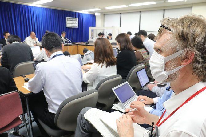 新型コロナウイルス感染症対策専門家会議の記者会見に、マスク着用で出席する海外の報道関係者=2020年3月19日、厚生労働省