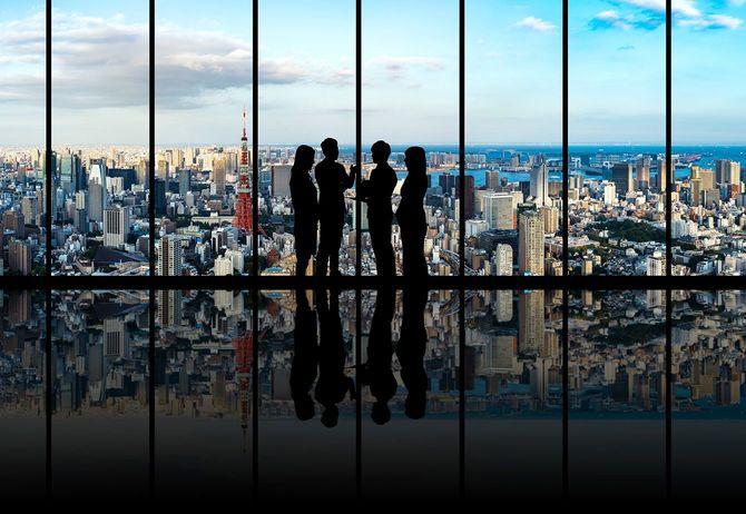 都市景観の前で実業家のグループ