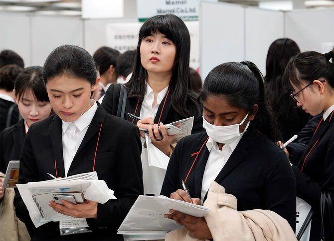 就職情報大手マイナビが開催した「外国人留学生のための就職セミナー」を訪れた外国人学生ら。主催者は昨年の同イベントより来場者が多いと話す(東京都新宿区の新宿NSビル)