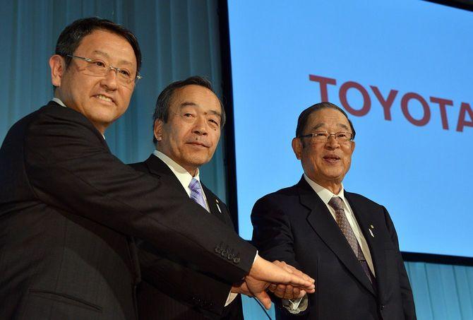記者会見をするトヨタ自動車の豊田章男社長、内山田竹志副会長、張富士夫会長(左から、肩書きはいずれも当時)