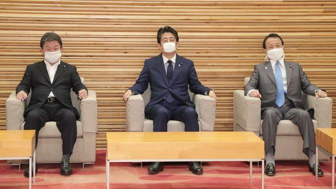 閣議に臨む(左から)茂木敏充外相、安倍晋三首相、麻生太郎副総理兼財務相=2020年6月19日、首相官邸