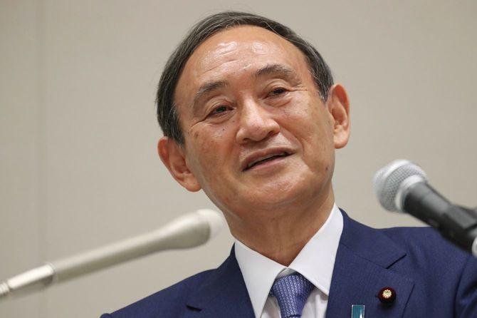 自民党総裁選への出馬を表明し、記者会見する菅義偉官房長官=2020年9月2日、衆院議員会館
