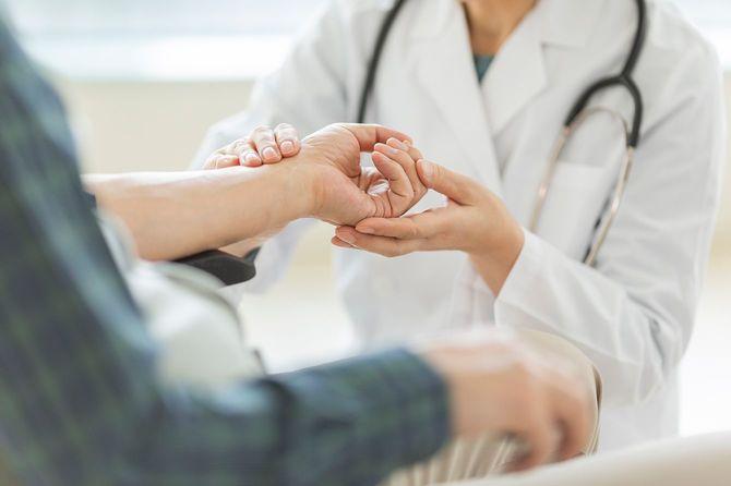 女性医師とシニア男性
