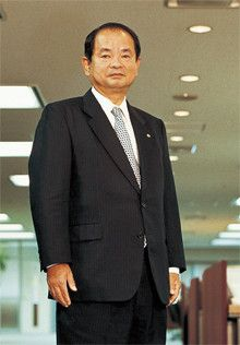 <strong>花王社長 尾崎元規</strong>●1949年生まれ。72年慶應義塾大学工学部卒業後、花王石鹸(現花王)入社。化粧品事業本部長、ハウスホールド事業本部長などを経て、2004年より現職。就任時は8人抜きの抜擢が話題になった。