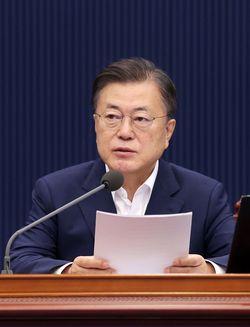 韓国・ソウルの大統領官邸である青瓦台で行われた閣議で発言する文在寅大統領