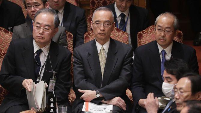 参院予算委員会に臨む(左から)財務省の茶谷栄治大臣官房長、太田充主計局長、可部哲生理財局長=2020年3月25日、国会内