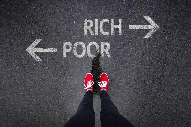 赤いは、ペンキで書かれた貧富の横に立って靴を履く