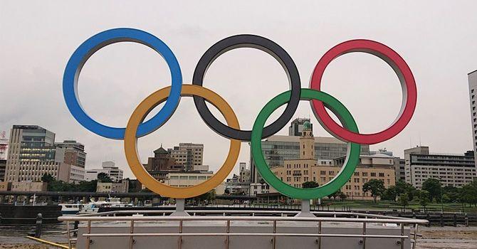 横浜三塔を背景にした五輪マークのモニュメント