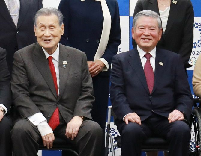 東京五輪・パラリンピック選手村の村長に就任した川淵三郎氏(右)と東京五輪・パラリンピック組織委員会の森喜朗会長