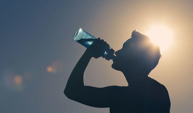 飲料水を飲む男