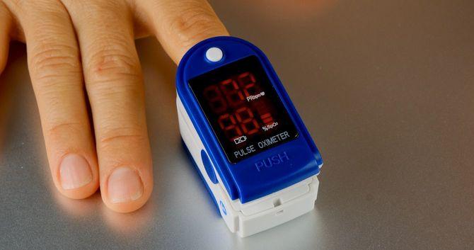 酸素レベルと脈拍をチェックするためのパルスオキシメーター