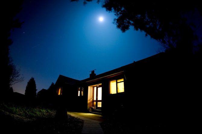 月明かりに照らされる家
