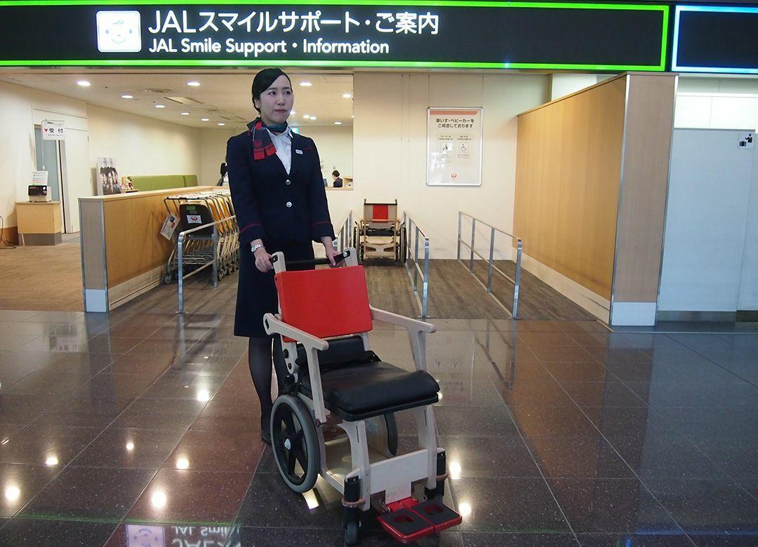 JALが車椅子を「木製」に切り替えた理由 利用者の「通過ストレス」を軽減