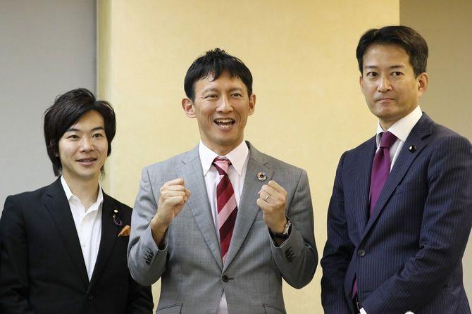 東京都知事選に立候補を表明し、記者会見で写真に納まる小野泰輔氏(中央)。右は東京維新の会の柳ケ瀬裕文代表、左は音喜多駿副代表・政調会長=2020年6月9日、東京都庁