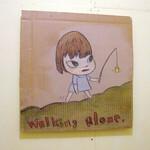弘前で開催された「A to Z」展にて展示された奈良美智の「Walking alone」。