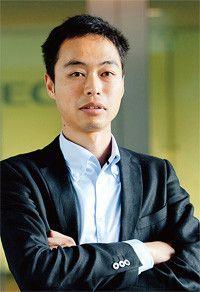 <strong>NEC 岩城善広</strong>●1975年生まれ。モバイルターミナル事業部主任。携帯の商品戦略を練る際に必要な市場調査の技術を活かしてボランティアで鎌倉市の行政評価に携わる。