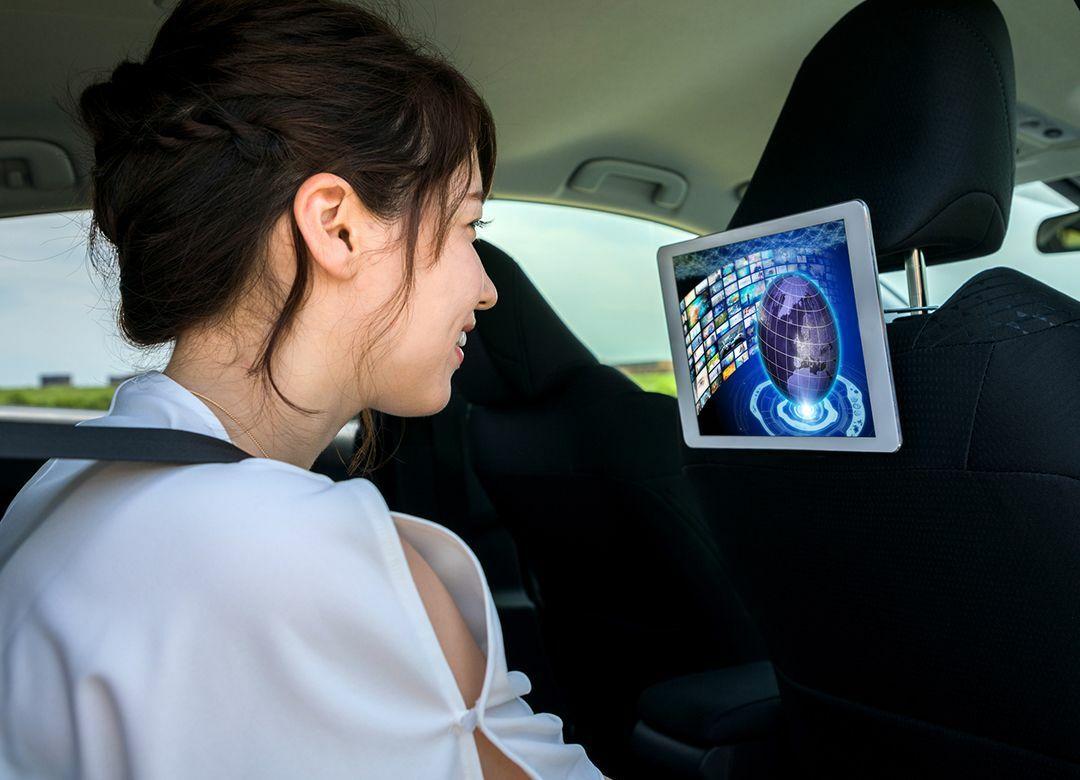 タクシー広告が育毛から動画になったワケ テクノロジーが社会の構造を変える