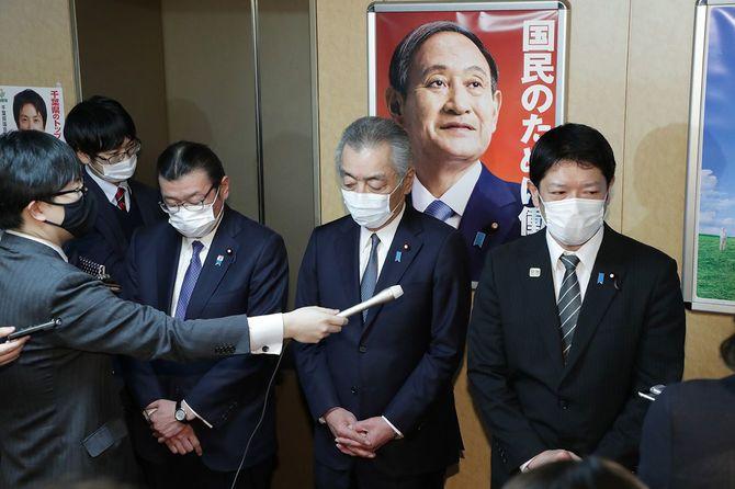 自民党へ離党届提出後、記者団の質問に答える(左から)大塚高司、松本純、田野瀬太道の3氏
