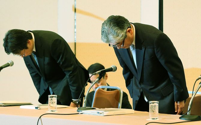 朝日新聞社の従軍慰安婦報道に関する第三者委員会の報告を受け、記者会見し頭を下げる渡辺雅隆社長(右)ら