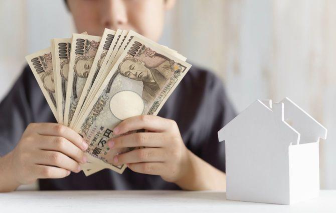 10万円を手に持つ男児