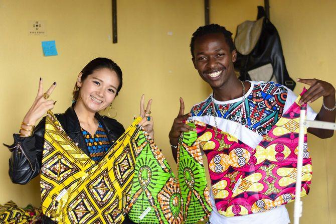 河野リエさん(左)と、創業時から「RAHA KENYA(ラハ・ケニア)」に商品を提供しているテーラーのウィリアムさん(右)。ケニア・ナイロビで