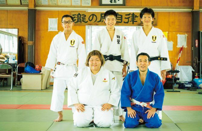一緒に練習をしている栃木県立宇都宮高等学校柔道部の市川敦俊監督(1列目右)と部員たち。