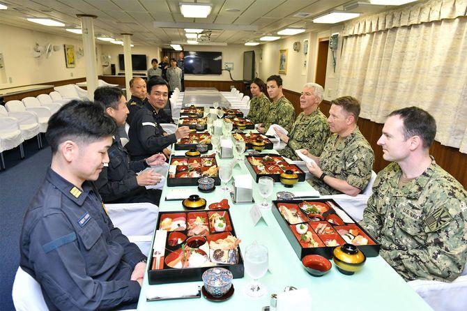 平成31年度インド太平洋派遣部隊の護衛艦「いずも」艦内で会食する日米の幹部