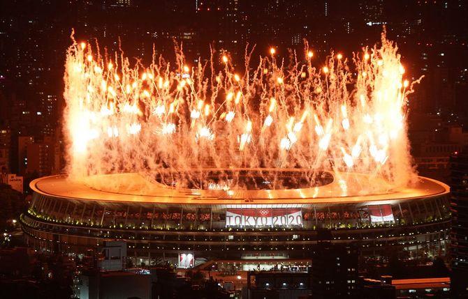 東京オリンピック開会式で国立競技場から打ち上げられる花火