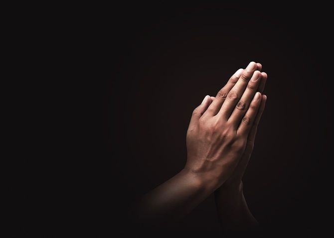 信仰を信じて手を祈る