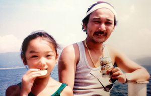 6~7歳ごろの朝奈さん(左)と父・嶢至さん(右)