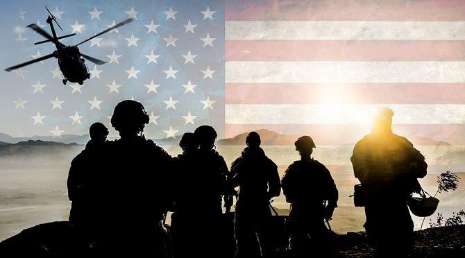 アメリカの国旗の背景に軍事ミッションの間に兵士のシルエット