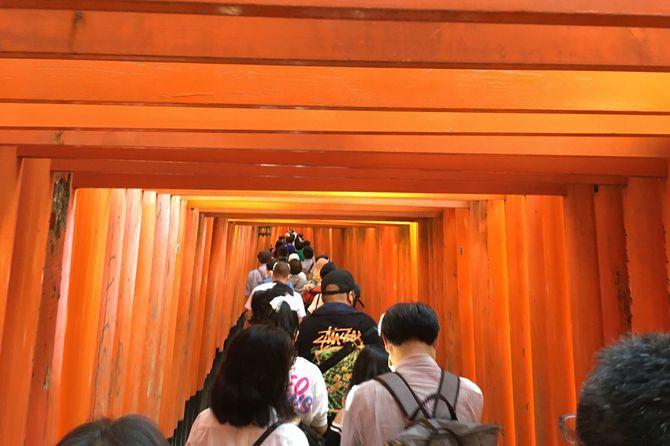 9月の4連休中、鳥居の入口から人の列で渋滞の伏見稲荷大社