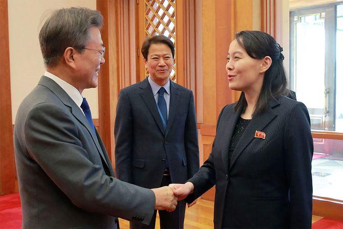 北朝鮮の金正恩朝鮮労働党委員長の特使として訪韓し、文在寅大統領(左)と会談する金与正党第1副部長(右)(韓国・ソウル)