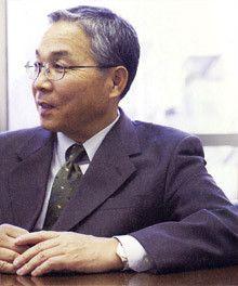 <strong>エルピーダメモリ社長兼CEO 坂本幸雄</strong><br>1947年、群馬県生まれ。<br>70年日本体育大学体育学部卒業。同年、日本テキサス・インスツルメンツ社へ入社し、副社長まで上り詰める。その後、神戸製鋼所執行社長補佐、日本ファウンドリー社(現UMCジャパン)社長を経て、2002年からエルピーダメモリ社長。現在は、社長兼CEO。「数字が、全部頭の中に入るまで、資料は読みこみます」。
