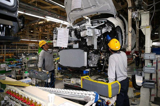 トルコ・サカリヤにあるトヨタ自動車工場で働く作業員ら(2017年4月19日)
