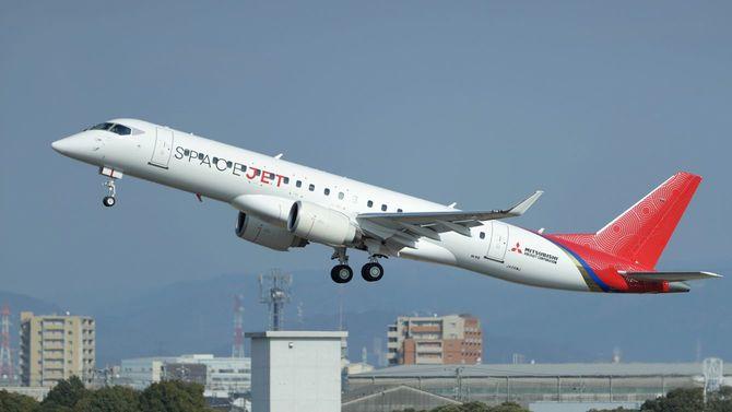 初飛行した三菱航空機の小型ジェット旅客機「スペースジェット」の最新試験機=2020年3月18日、愛知県豊山町