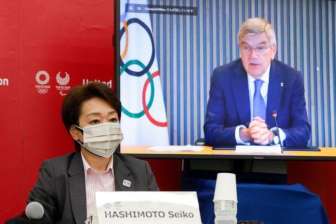 東京五輪・パラリンピックに向けた5者協議で会談する橋本聖子会長(左)とトーマス・バッハIOC会長(画面上)=2021年6月21日、都内