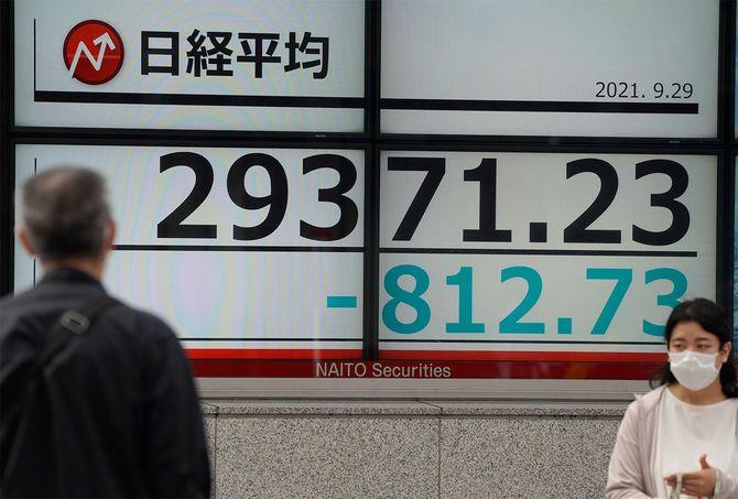 日経平均株価は米国の債務不履行の可能性を懸念してウォール街が569ポイント以上下落した後、639.67ポイント(2.12%)下落し、2万9544円29銭で終了した