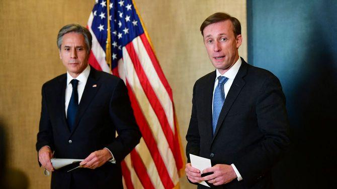 2021年3月19日、米アラスカ州アンカレジで2日目の米中外交トップ会談後、メディアに対応するブリンケン国務長官(左)とサリバン大統領補佐官(国家安全保障担当)