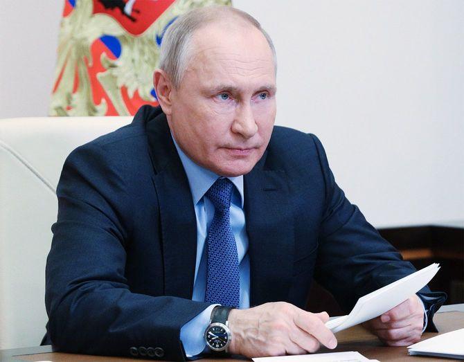 ロシアのモスクワ郊外にあるノボオガリョボで、ポベダ(勝利)組織委員会の会議をビデオ会議で行うプーチン大統領=2021年5月20日
