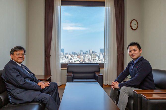 早稲田大学文学学術院教授の渡邉義浩さん(左)、中国ルポライターの安田峰俊さん(右)
