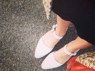 大人の女はカジュアル靴でもエレガンに