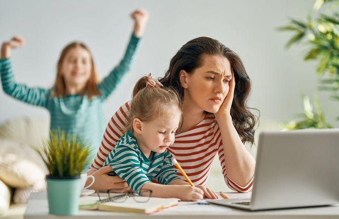 ラップトップで作業している女性