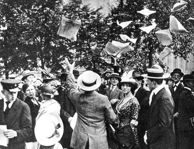 1914年7月31日、ドイツ・ベルリン市内で、戦争勃発を告げる号外が配られる様子。この翌日、ドイツはロシアに宣戦布告。8月3日にはフランス、4日にはイギリスと戦争状態に突入する。